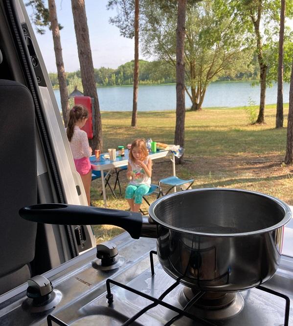 partir en van amenage 5 places tasmania avec des enfants cuisine