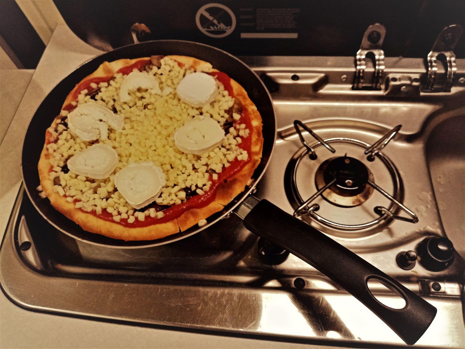 Garnissage Pizza Tomate Fromage Champignons Idee Recette Facile Roadtrip
